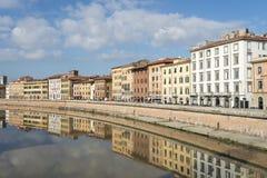 Voorgevels van gebouwen op de banken van Arno River op zijn manier door Pisa Stock Afbeeldingen