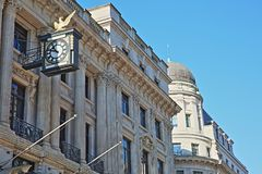 Voorgevels van gebouwen op Koning William Street in het financiële district van de Stad van Londen met beeldhouwwerken, gravures  Stock Afbeeldingen