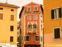 Voorgevels van huizen met houten blinden van de oude stad Toeristische attractie royalty-vrije stock afbeelding