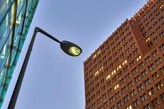 Voorgevels van lichtgevende gebouwen Stock Afbeeldingen
