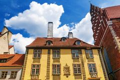 Voorgevels van oude huizen in Riga, Letland stock afbeelding