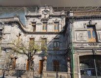 voorgevelstijl koloniaal van de ingang van oude tank bier in Toluca, Mexico royalty-vrije stock foto