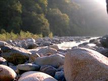 Voorgrond van rivierrotsen Stock Foto