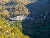 Voorhistorisch dorp in de bergen van de Apuan-Alpen stock afbeeldingen