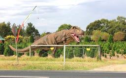 Voorhistorische dinosaurus bij toeristenpark Stock Fotografie