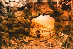 Voorhistorische holschilderijen Een beeld van oude die mensen op een hol, door oude mensen wordt geschilderd Archeologische pre h stock afbeeldingen