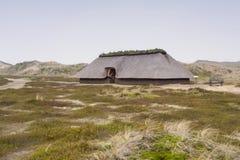 Voorhistorische Wederopbouw van een Stenen tijdperkhuis royalty-vrije stock foto's