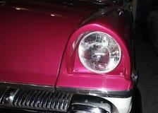 Voorkoplamp karmozijnrode retro auto royalty-vrije stock foto's
