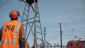 Voorman van een reparatieteam van een elektrische transmissielijn op de spoorweg stock videobeelden