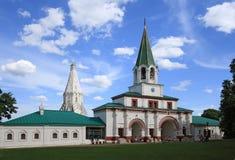 Voorpoorten (1673) en kerk van de Beklimming (1532) in Kolomenskoye, Moskou, Rusland Royalty-vrije Stock Afbeeldingen