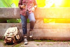 Voorportret van een jonge mensenreiziger gebruikt hij mobiele telefoon Royalty-vrije Stock Foto