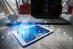 Voorraad die, het diagram van de gegevensanalyse, grafiek, grafiek op het virtuele scherm handel drijven Royalty-vrije Stock Afbeelding