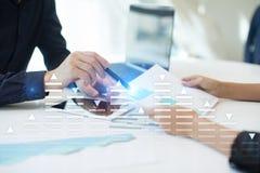 Voorraad die, het diagram van de gegevensanalyse, grafiek, grafiek op het virtuele scherm handel drijven Royalty-vrije Stock Foto