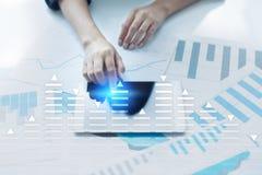 Voorraad die, het diagram van de gegevensanalyse, grafiek, grafiek op het virtuele scherm handel drijven Bedrijfs en technologiec Royalty-vrije Stock Foto