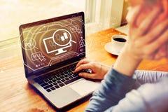Voorraad handelconcept met de mens die laptop met behulp van stock afbeelding