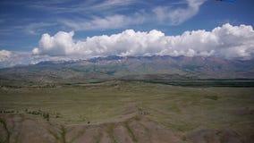 Voorraad het Videolengte Alpiene bekijkt Vliegen A de bergketen stock videobeelden