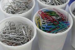 Voorraad van bureauspelden in witte plastickkoppen Stock Afbeelding
