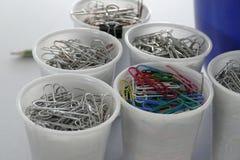 Voorraad van bureauspelden in witte plastickkoppen Royalty-vrije Stock Foto