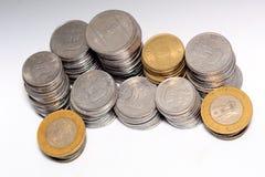 Voorraad van 5 en 10 Indische het muntstukmunt van het Roepiemetaal op geïsoleerde witte achtergrond Financieel, economie, invest stock foto