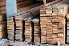 Voorraad van hout houten bouw in pakhuis Royalty-vrije Stock Fotografie