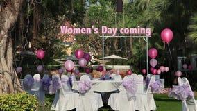 Voorraad Videolengte 1920x1080, de Dag van Vrouwen, 8 Maart, viering op openluchtrestaurant in het hotel stock footage