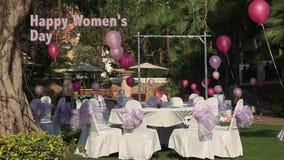 Voorraad Videolengte 1920x1080, de Dag van Vrouwen, 8 Maart, viering op openluchtrestaurant in het hotel stock videobeelden