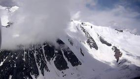 Voorraad Videolengte die door de berg van de wolkengletsjer vliegen stock footage