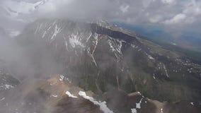 Voorraad Videolengte die over de ijzige bergpiek vliegen stock videobeelden