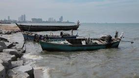 Voorraad Videolengte die water uithollen uit de boot die zeeschelpen in zakken doen verzamelen, die door een netwerk van vissersg stock videobeelden