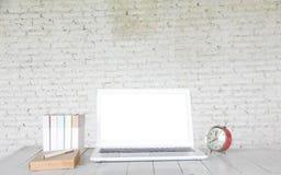 Voorraadfoto: Computerlaptop op houten lijst met onduidelijk beeldaard B royalty-vrije stock foto's