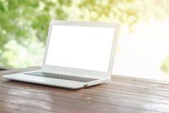 Voorraadfoto: Computerlaptop op houten lijst met onduidelijk beeldaard B royalty-vrije stock afbeelding