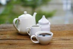 Voorraadfoto - de koppen van koffie en melk woodden lijst Royalty-vrije Stock Afbeelding