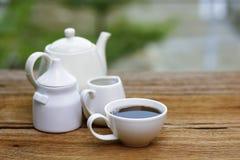 Voorraadfoto - de koppen van koffie en melk woodden lijst Royalty-vrije Stock Foto