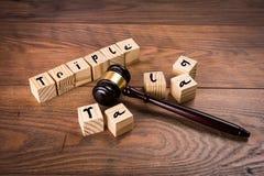 Voorraadfoto op drievoudige talaqwet in India - Drievoudige talaq die door opperst hof van India wordt verboden Concept die hamer Royalty-vrije Stock Afbeeldingen