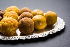 Voorraadfoto van inzameling van verscheidenheid van snoepjes of oranje die peda of pedha of pera uit melk, khoya, suiker, saffraa royalty-vrije stock afbeeldingen