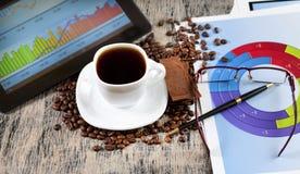 Voorraadgrafieken en kop van koffie Royalty-vrije Stock Foto's