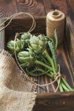 Voorraden en materialen voor artisjokboeket op houten backgroun stock foto