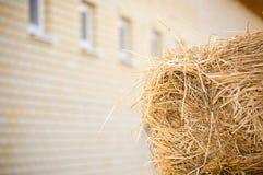 Voorraden van hooi dichtbij de stallen stock fotografie