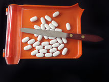 Voorschriftdienblad en teller met witte tabletten Royalty-vrije Stock Afbeelding