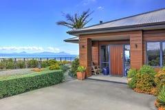 Voorterras van Aurora Lodge Waipu, NZ stock foto