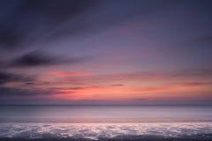 Vooruit de Zonsondergang Schotland van het Strand Stock Foto