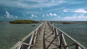Vooruit zich beweegt op promenade in oceaan - Wolk 9 op Siargao-Eiland, Filippijnen stock videobeelden