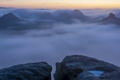 Vooruitzichten in de mist Stock Foto's