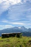 Vooruitzichten met bank op bergen Stock Foto's
