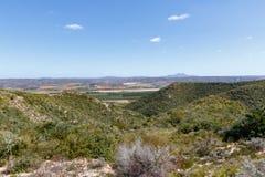 Vooruitzichten over de bergen aan de boomgaard royalty-vrije stock foto