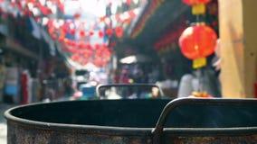 Voorvaderverering op Chinees Nieuwjaar en brandend document goud stock videobeelden