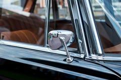 Voorvenster van retro auto stock foto