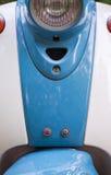 Voorvleugel en koplamp van blauwe retro autoped stock fotografie