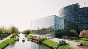 Voorvoorgevel van het het Europees Parlement gebouw in 4k UHD stock footage