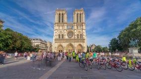 Voorvoorgevel van kathedraal van Notre Dame de Paris, met vierkant hoogtepunt van mensen vooraan timelapse hyperlapse stock video
